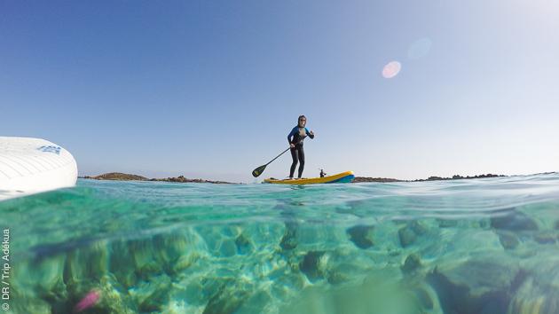 Du stand-up-paddle tranquille sur les eaux claires du lagon à Fuerteventura
