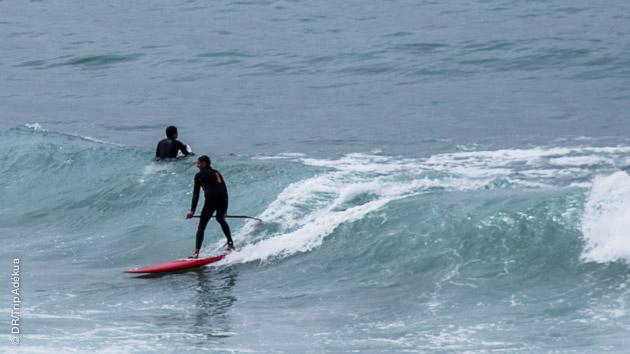 apprendre le stand up paddle dans les vagues au Maroc