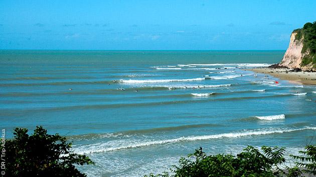 madeiro le spot idéal pour s'initier au paddle dans les vagues au brésil