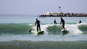 Session stand up paddle sur les vagues de Californie
