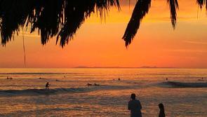 Coucher de soleil californien sur les vagues de SUP