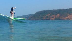 SUP dans les vagues de Goa pour Guillaume et sa famille
